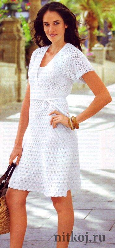 Белое платье с круглой кокеткой вязаное крючком