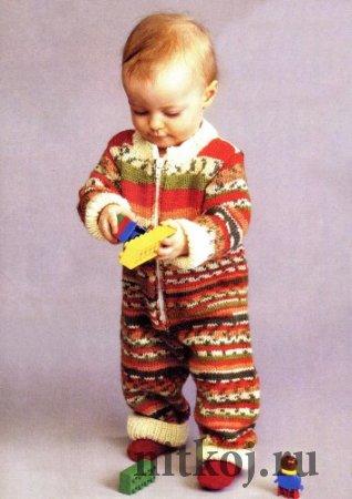 Разноцветный детский комбинезон спицами