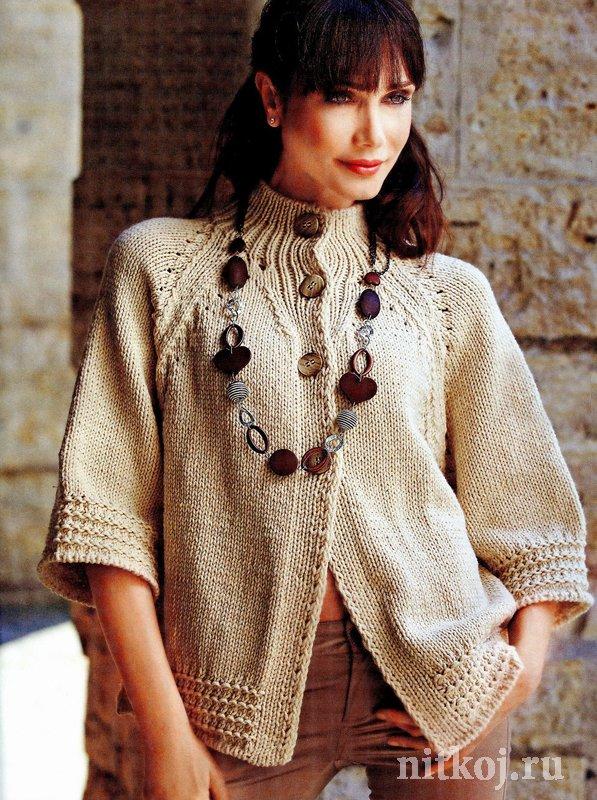 Укороченное вязаное пальто спицами