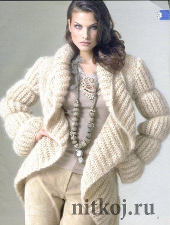 Вязаное пальто спицами бежевого цвета