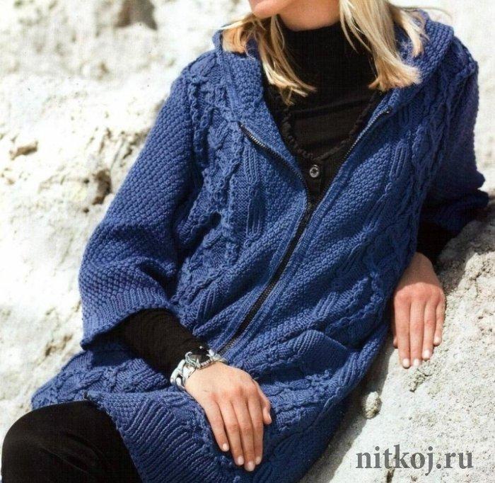 Вязаное пальто с капюшоном спицами из