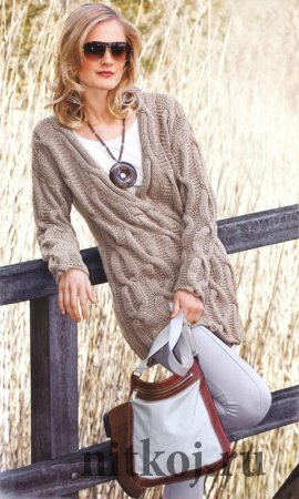 Длинный пуловер спицами с косами