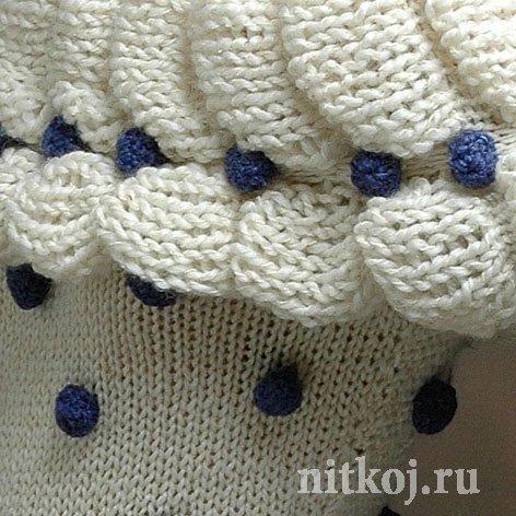 Белый пуловер с синими шишечками