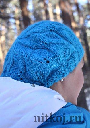 Голубой берет спицами с листочками
